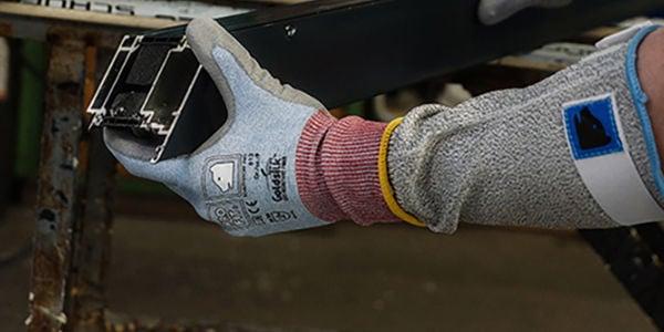 Sicheres Arbeiten mit den Schnittschutzhandschuhen von Fitzner!